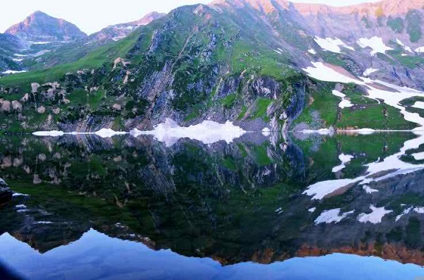 Beautiful Lake Water reflection of Mountain Pakistan Nature Wallpaper
